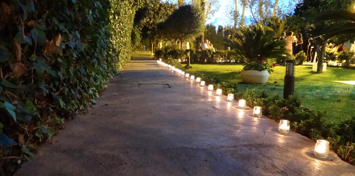 los invitados estaban encantados con el seating tan original que hicimos un mini jardn de flores rosa envueltas en papel de seda y las cuartillas con la
