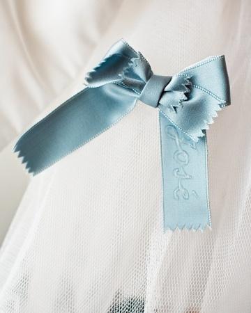 detalle azul en vestido de novia