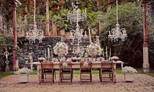 mesa con lámpara de araña