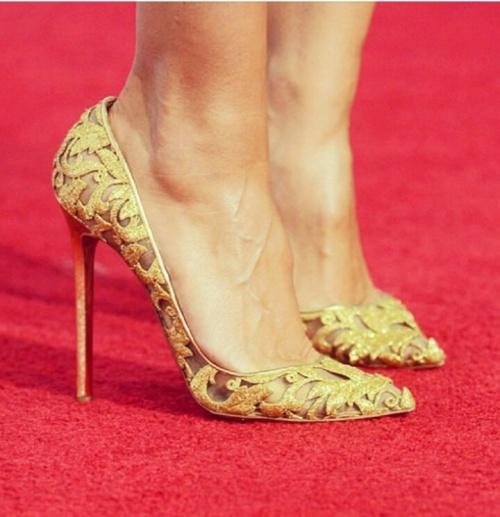 zapatos tacón dorado