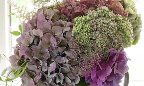 centro de flores con hortensias