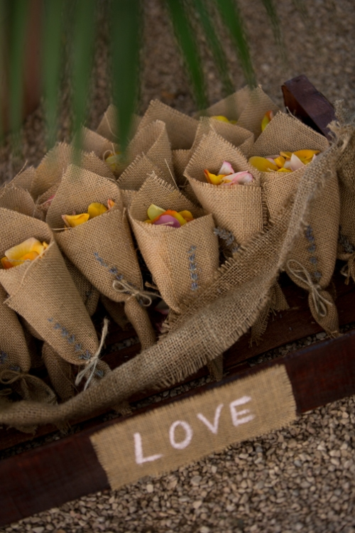 decoración petalos boda