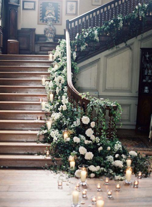 barandilla escaleras flores y velas