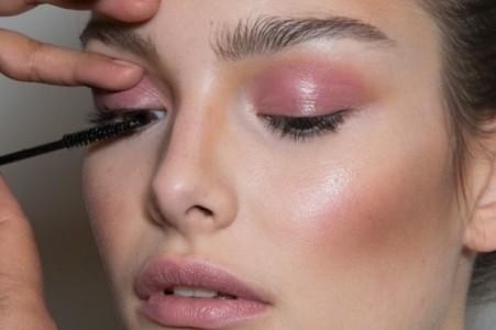 10.maquillaje-de-labios-y-ojos-rosa-cuarzo