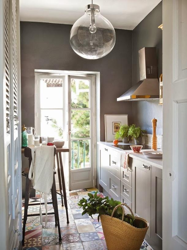 3.cocina_con_pared_en_color_gris_oscuro_y_suelo_hidraulico_960x1280